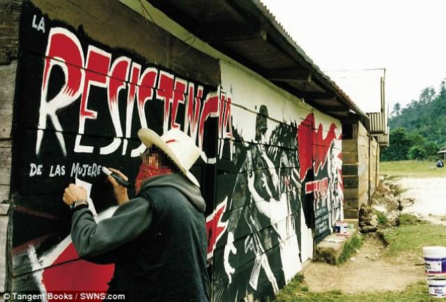 banksy en chiapas mexico pintando