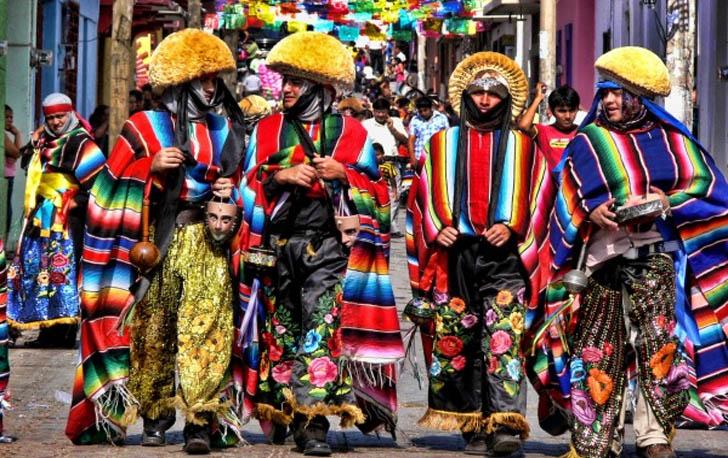parachicos en las fiestas tradicionales de chiapas