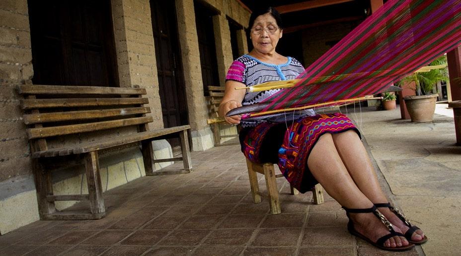 Artesana usando telar de cintura - Textiles Chiapas