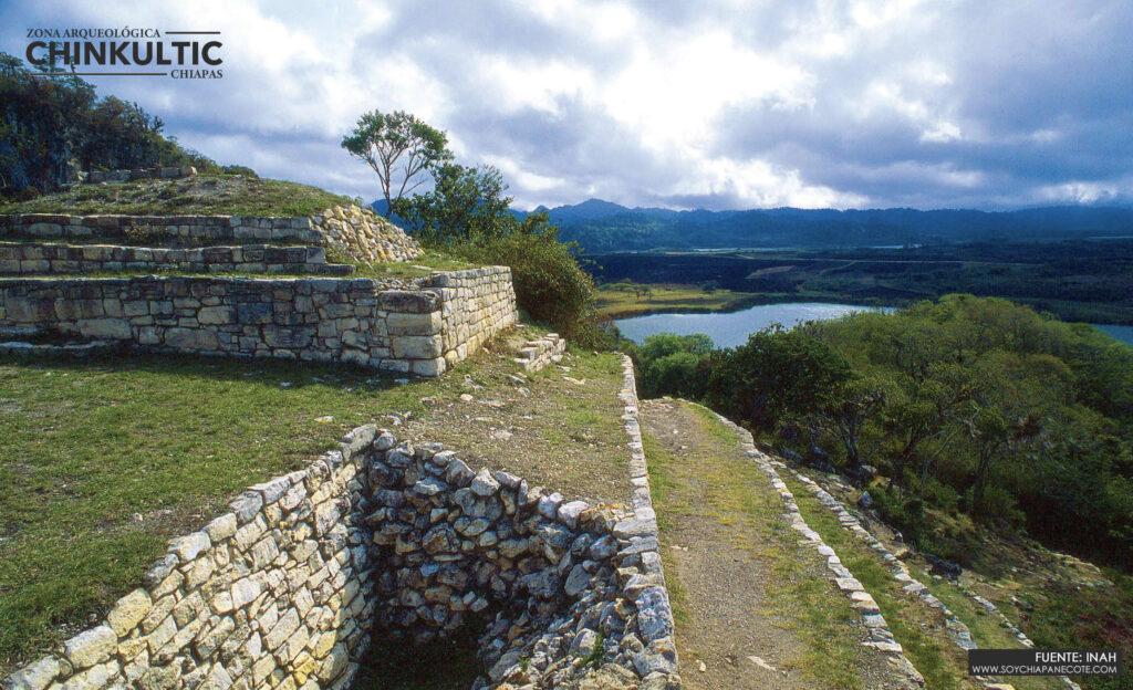 Vista del cenote y pirámide de Chinkultic Chiapas